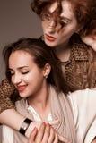 徒步旅行队的两个女孩在演播室称呼肉欲摆在 库存图片