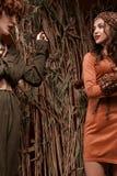 徒步旅行队的两个女孩在演播室称呼肉欲摆在 免版税库存图片