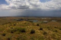 徒步旅行队的湖在坦桑尼亚 免版税库存照片