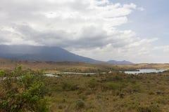 徒步旅行队的湖在坦桑尼亚 库存图片