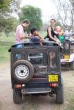 徒步旅行队 有家庭访客的越野吉普 Minneriya 斯里南卡 免版税库存图片
