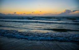 得克萨斯海滩碰撞日出的海岸波浪在太阳上升前 免版税库存图片