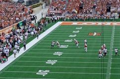 得克萨斯长角牛学院橄榄球赛 免版税库存图片