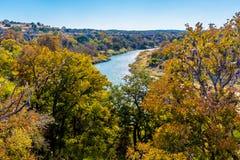 得克萨斯Pedernales河的看法从高虚张声势的 免版税图库摄影