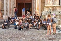 得出建筑细节的建筑学学生在en plein空气任务期间在圣玛丽亚附近Maggiore大教堂  库存照片