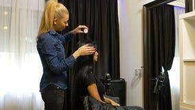 得到一种新的发型的美容院的妇女 股票视频