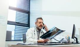 得到关于患者X-射线的医生第二个观点 免版税库存照片