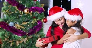 得到圣诞节礼物的妇女从她的女儿 股票视频
