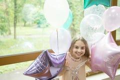 得到在党心情 享受她的生日宴会的可爱的小孩子 庆祝生日的愉快的逗人喜爱的女孩 库存图片