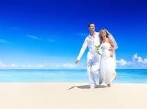 得到在海滩的夫妇婚姻 免版税库存照片