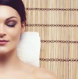 得到在温泉沙龙的健康和美丽的妇女按摩治疗 库存图片
