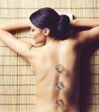 得到在温泉沙龙的健康和美丽的妇女按摩治疗 免版税库存照片