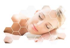 得到在温泉沙龙的美丽和健康白肤金发的妇女按摩治疗 库存照片