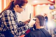 得到在现代理发店的英俊的年轻有胡子的白种人人画象时髦理发 图库摄影