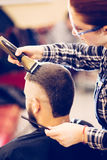 得到在现代理发店的英俊的年轻有胡子的白种人人画象时髦理发 库存图片