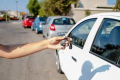 得到她的在汽车的妇女钥匙 租汽车或买的汽车的概念 与出租车的旅行假期 旅行高兴地 库存图片