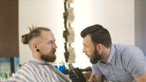得到完善的形状 可及胡子理发的年轻有胡子的人特写镜头侧视图由美发师理发店 股票视频