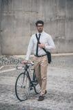 得到工作在自行车旁边 免版税库存照片