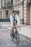 得到工作在自行车旁边 库存照片