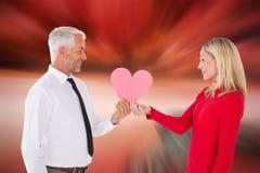 得到心脏卡片式妻子的英俊的人的综合图象 库存照片