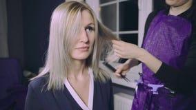 得到新的理发的少妇由美发师在客厅或家 股票视频