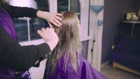 得到新的理发的少妇由美发师在客厅或家 影视素材