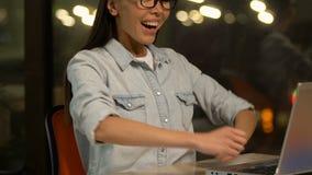 得到新的项目,年轻学生赢得的津贴的激动的女性自由职业者 影视素材