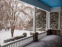 得到旁边的门廊用雪盖 图库摄影