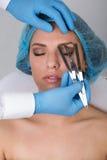 得到永久眼眉的少妇组成治疗 库存照片