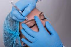 得到永久眼眉的少妇组成治疗 库存图片