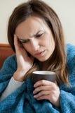 得到流感的妇女画象 免版税库存照片