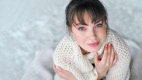 得到温暖的浪漫年轻欧洲妇女被包裹在白色编织了格子花呢披肩 影视素材