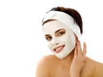 得到温泉治疗的美丽的妇女。在面孔的化妆面具。 免版税图库摄影
