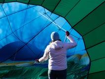 得到热空气气球的妇女准备好飞行 库存照片