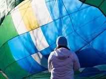 得到热空气气球的妇女准备好飞行 库存图片