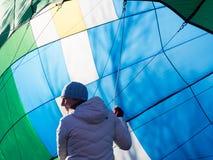 得到热空气气球的妇女准备好飞行 免版税库存图片