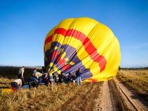 得到热空气的气球包装  免版税库存照片
