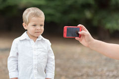 得到照片的年轻男孩被拍 免版税库存照片