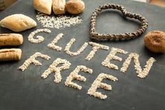 得到特别饮食的人的面筋免费面包 库存照片