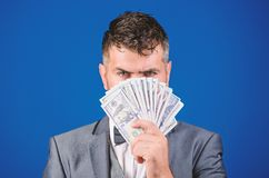得到现金金钱容易和迅速 金钱的气味 容易的现金贷款 人正装举行堆蓝色美元的钞票 库存照片