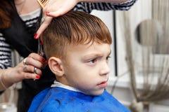得到理发的小男孩 免版税库存照片