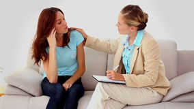 得到生气谈话与治疗师的妇女 影视素材