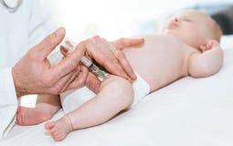 得到疫苗射击的小婴孩 免版税库存图片