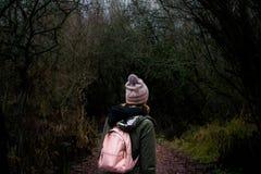 得到的女孩丢失在森林 免版税库存图片