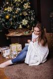 得到的毯子的年轻俏丽的深色的女孩温暖在冷的冬天,生活方式人 库存照片