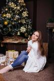 得到的毯子的年轻俏丽的深色的女孩温暖在冷的冬天,生活方式人 免版税库存照片