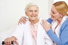 得到老年医学的关心的资深妇女 免版税库存图片