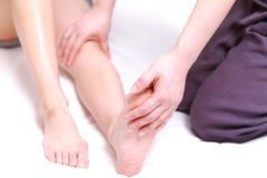 得到脚massage 的妇女 库存照片
