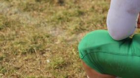 得到膝伤的球员在橄榄球比赛,事业完成期间 股票视频