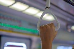 得到舒适在新加坡MRT倍数的乘客 免版税库存照片